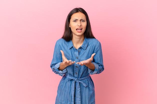 Mujer bonita hispana que parece desesperada, frustrada y estresada