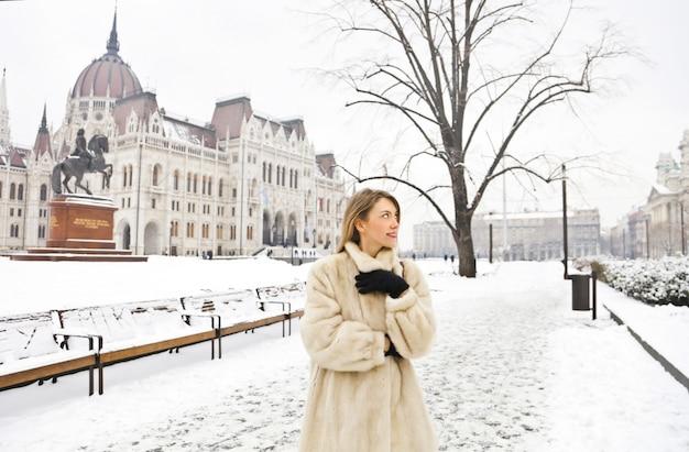 Mujer bonita en invierno