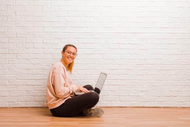 Mujer bonita joven con una computadora portátil