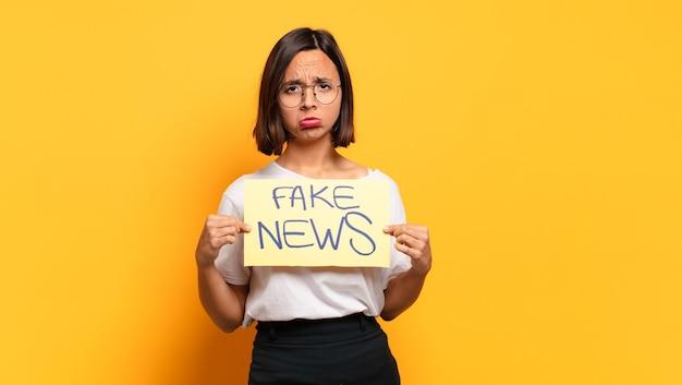 Mujer bonita joven. concepto de noticias falsas
