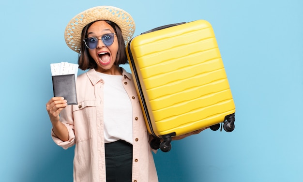 Mujer bonita joven. concepto de viaje o vacaciones