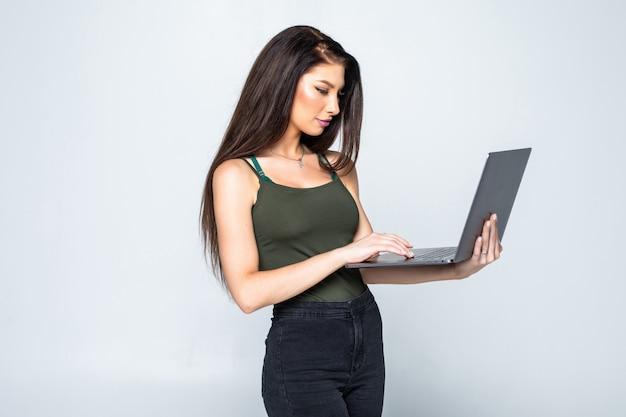Mujer bonita joven con el cuaderno en la oficina