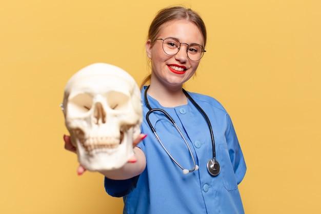 Mujer bonita joven. expresión feliz y sorprendida. concepto de enfermera