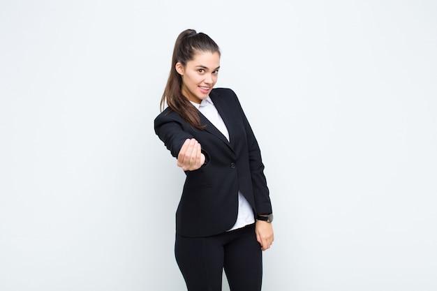 Mujer bonita joven que se siente feliz, exitosa y segura, enfrenta un desafío y dice ¡adelante! o darle la bienvenida a su concepto de negocio