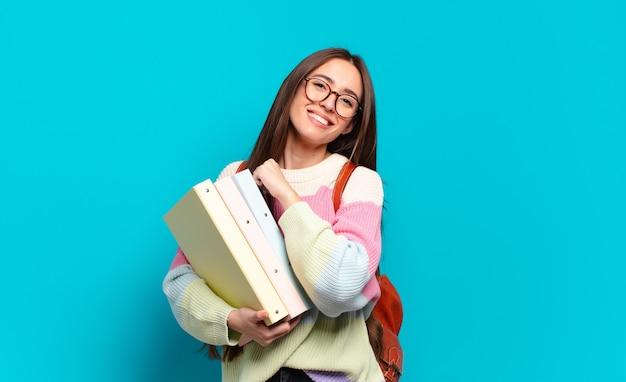 Mujer bonita joven que se siente feliz, positiva y exitosa, motivada cuando se enfrenta a un desafío o celebra buenos resultados
