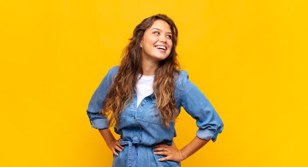 Mujer bonita joven riendo