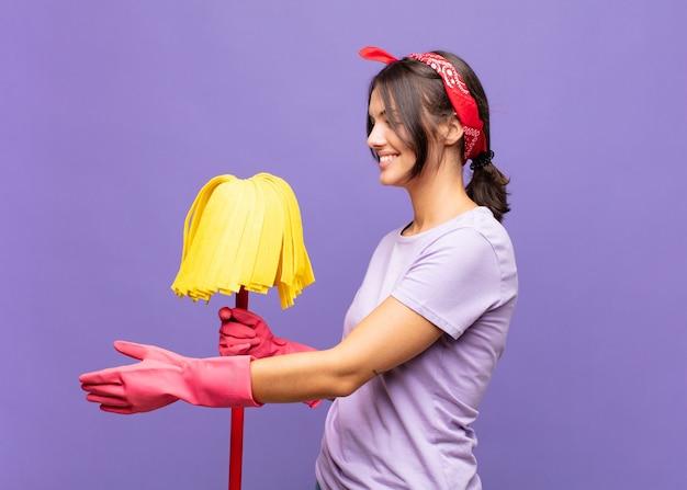 Mujer bonita joven sonriendo, saludándote y ofreciendo un apretón de manos aislado