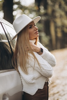Mujer bonita joven viajando en coche