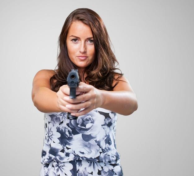 Mujer bonita de la mafia con una pistola