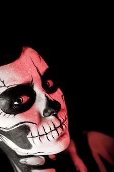 Mujer bonita con maquillaje esqueleto