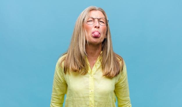 Mujer bonita de mediana edad con pelo largo aislado