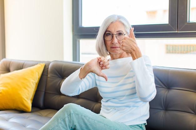 Mujer bonita de mediana edad que se siente confundida, desorientada e insegura, sopesando lo bueno y lo malo en diferentes opciones o elecciones