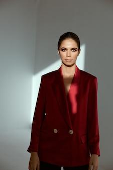 Mujer bonita en modelo de cosméticos de glamour de moda blazer rojo.