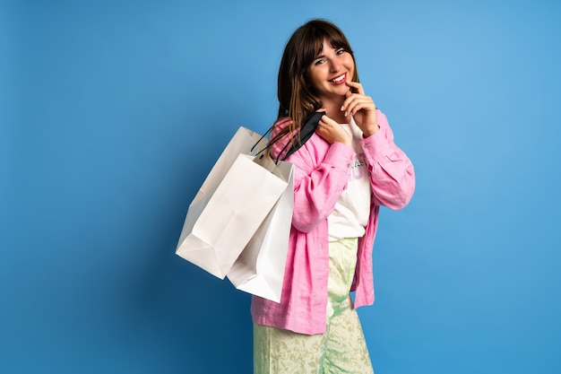 Mujer bonita morena disfruta de las compras. elegante imagen de mujer feliz