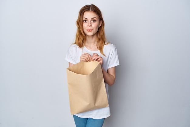 Mujer bonita con paquete de abarrotes compras estilo de vida de entrega