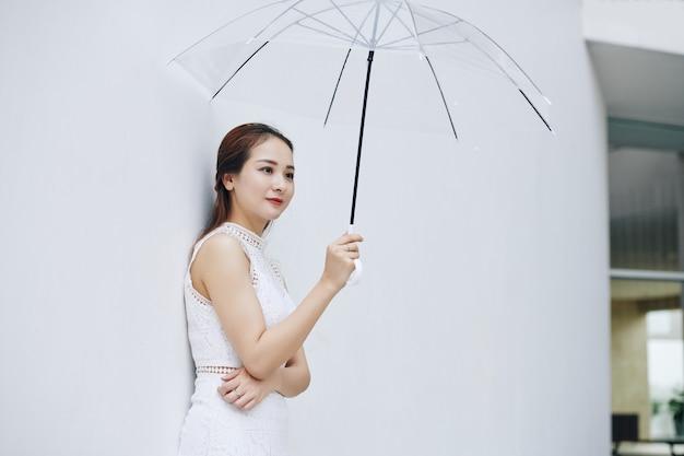 Mujer bonita con paraguas
