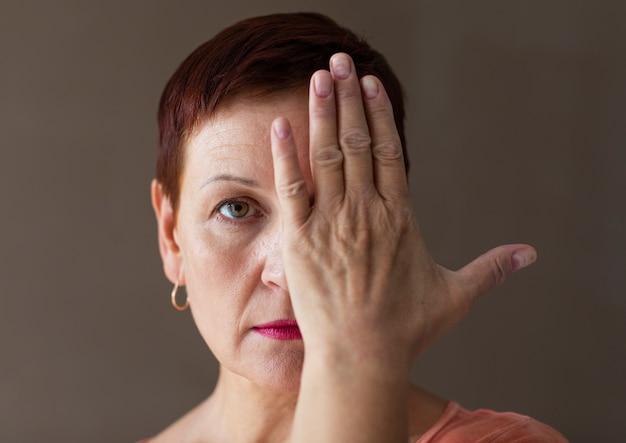 Mujer bonita con pelo corto cubriendo ojo