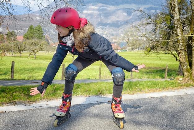 Mujer bonita preadolescente en patines