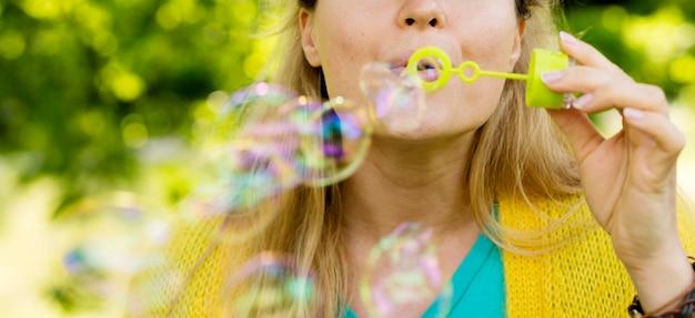 Mujer bonita de primer plano haciendo burbujas