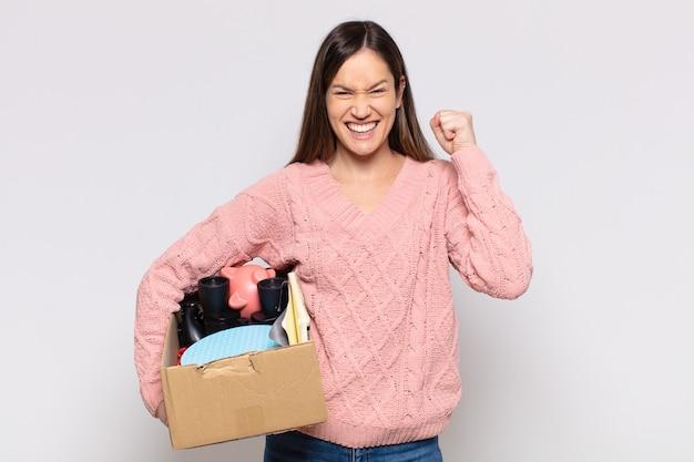 Mujer bonita que se siente sorprendida, emocionada y feliz, riendo y celebrando el éxito, diciendo ¡guau!
