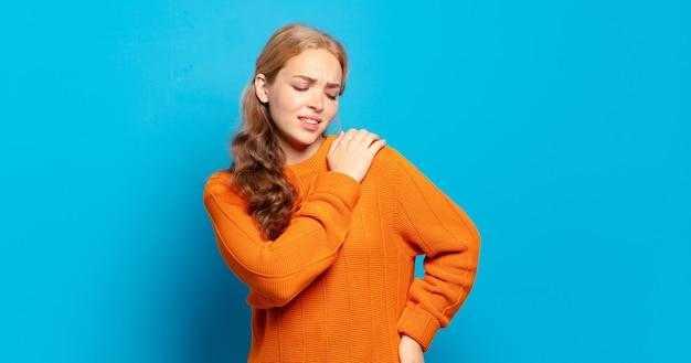 Mujer bonita rubia que se siente cansada, estresada, ansiosa, frustrada y deprimida, que sufre de dolor de espalda o cuello