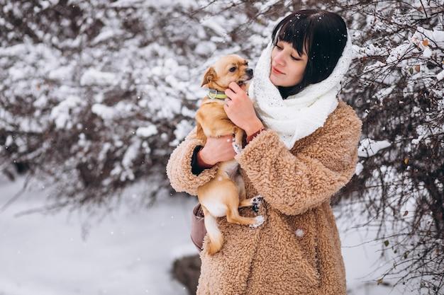 Mujer bonita con su perrito lindo