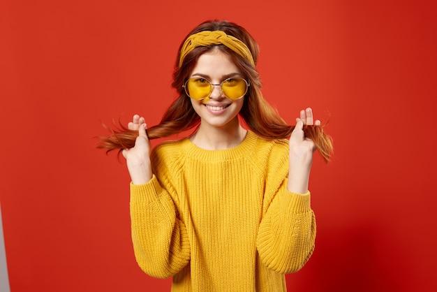 Mujer bonita en suéter amarillo con cabello rojo vista recortada emociones