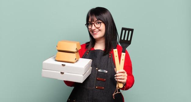 Mujer bonita de talla grande entrega cocina, concepto de comida rápida para llevar