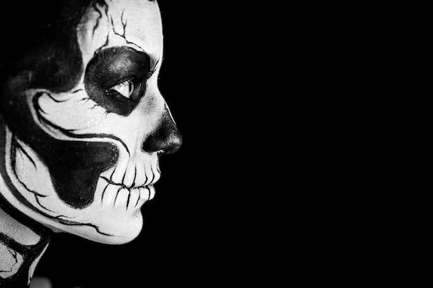 Mujer bonita con tatuaje de esqueleto