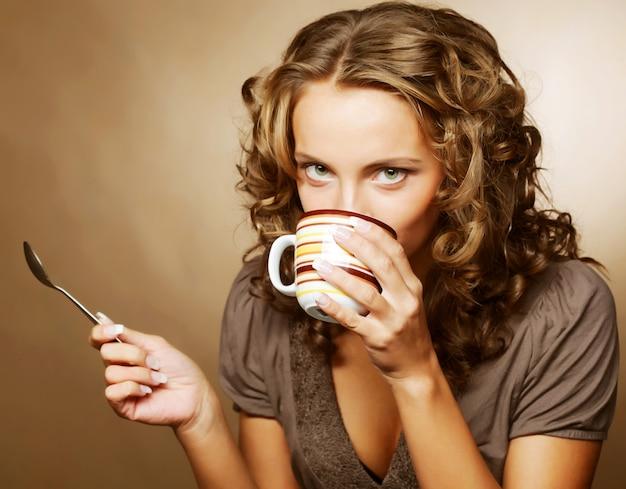 Mujer bonita tomando café