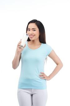 Mujer bonita con vaso de leche