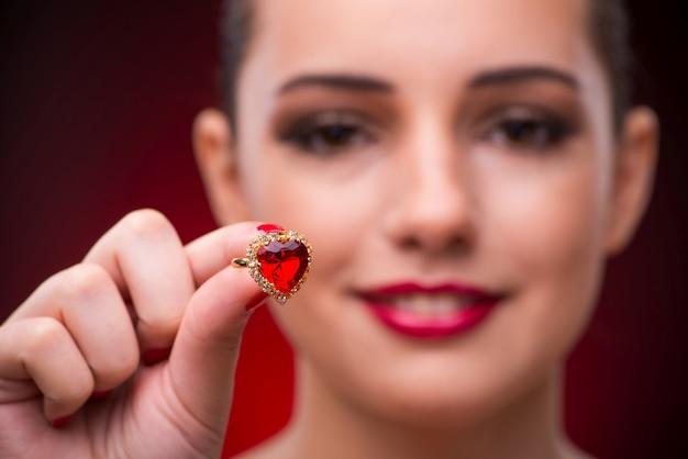 Mujer con bonito anillo en concepto de belleza
