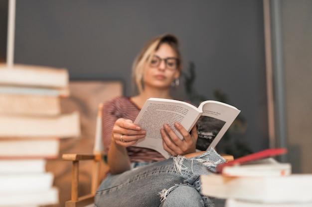 Mujer borrosa leyendo buen libro