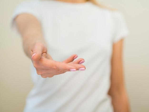 Mujer borrosa y primer plano de la mano