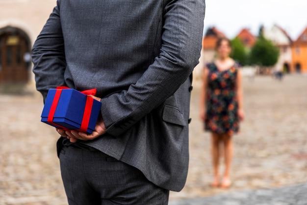 Mujer borrosa y un regalo para ella.