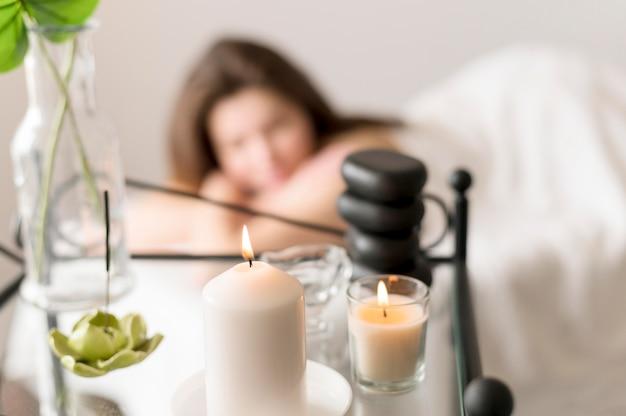 Mujer borrosa en salón de masajes