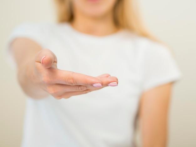 Mujer borrosa y vista frontal de la mano
