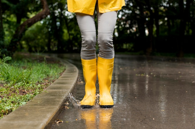Mujer con botas de lluvia amarillas