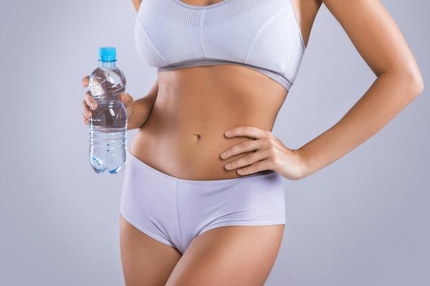 Mujer con botella de agua