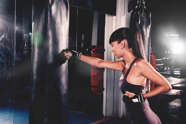 Mujer boxeando en gimnasio