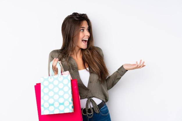Mujer brasileña con bolsas de compras