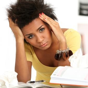 Mujer brasileña con estrés o dolor de cabeza