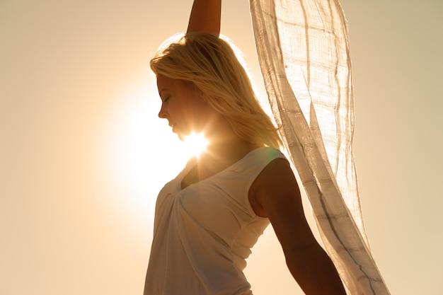 Mujer con bufanda sintiéndose equilibrada