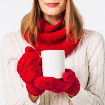 Mujer, en, bufanda, tenencia, taza