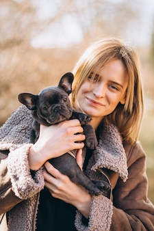 Mujer con bulldog francés