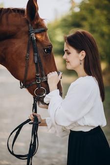 Mujer, con, caballo, en, bosque