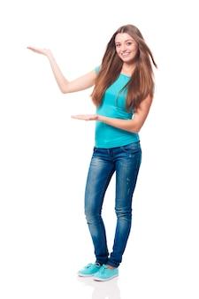 Mujer con un cabello hermoso que muestra en el espacio de la copia