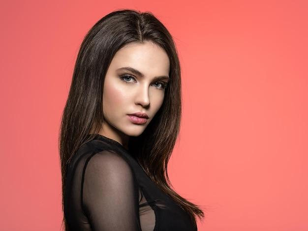 Mujer con cabello largo castaño de belleza. modelo de moda con pelo largo y liso. modelo de moda posando
