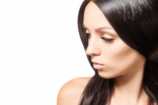 Mujer con cabello oscuro brillante y pestañas largas y marrones