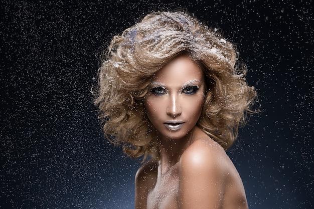 Mujer con cabello rizado y tema de invierno